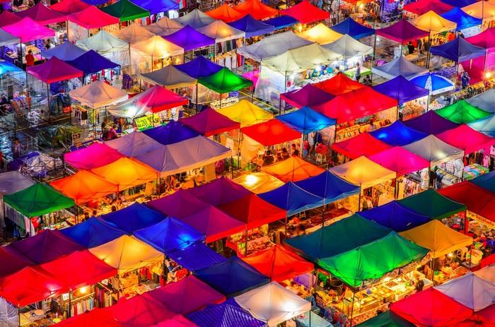 Chợ đồ cổ nhiều màu sắc khiến du khách thích thú