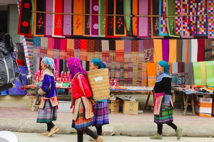 Chợ phiên Sa Pa rự rỡ sắc màu