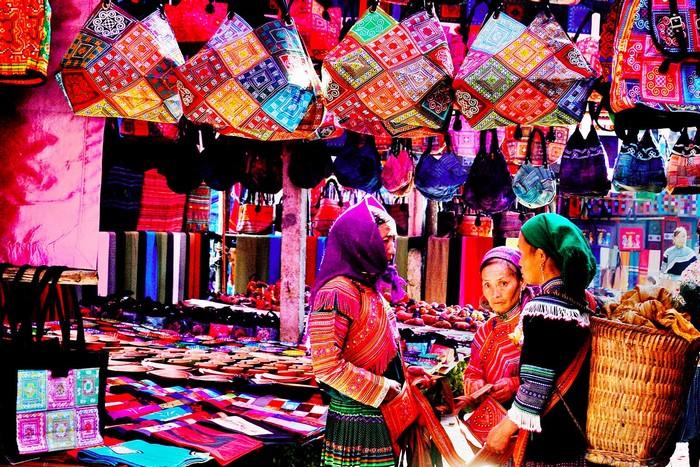 Khu chợ phiên bày bán các loại mặt hàng thổ cẩm bắt mắt