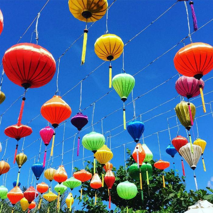 Lồng đèn treo cao đủ sắc màu ở Côn Sơn đảo