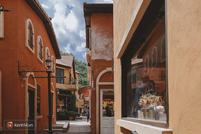 Ngăn cách các dãy này san sát nhau đó những là những con đường nhỏ xinh như tại thành phố Italy.