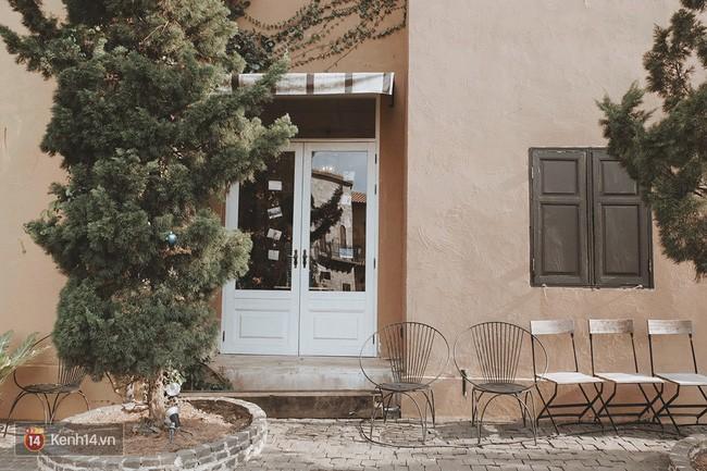 Quanh ngôi làng chỗ nào cũng có những góc tường xinh xắn với khung cửa sổ, hàng cây và vài chiếc ghế nhỏ ngồi dừng chân.