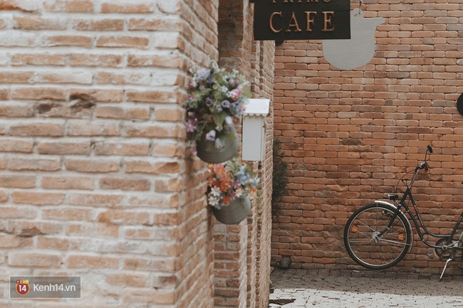 Phía trước cửa tiệm cà phê được trang trí bằng những món vật dụng nhỏ đơn giản nhưng lại cực đẹp.