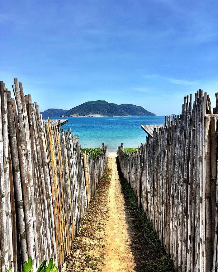 Lối đi lạ mắt của resort Six Sense ra biển Côn Sơn