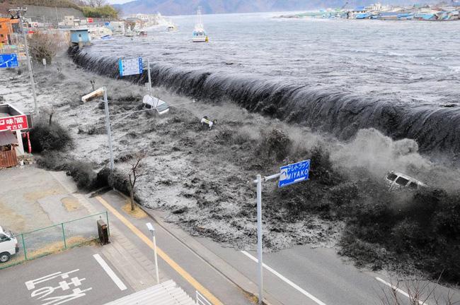 Và đây là hình ảnh khi trận sóng thần càn quét vùng đất xinh đẹp này.