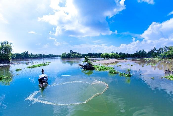Xuôi mái chèo trên sông nước mênh mang