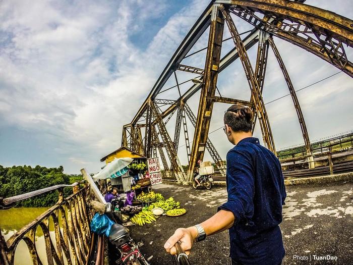 Cầu Long Biên - là cây cầu thép đầu tiên bắc qua sông Hồng nối hai quận Hoàn Kiếm với quận Long Biên của Hà Nội, do Pháp xây dựng (1898-1902).