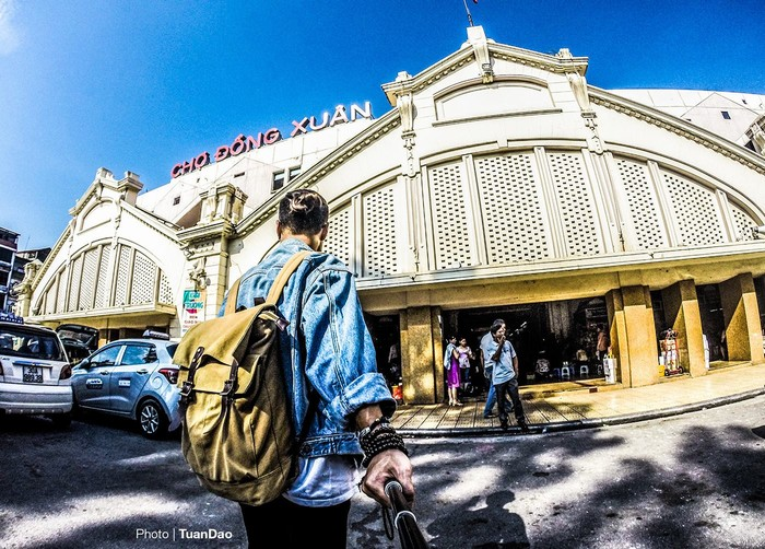 Chợ Đồng Xuân - là một trong những chợ lớn nhất tại Hà Nội, Việt Nam; là chợ lớn nhất trong khu phố cổ Hà Nội. Chợ có lịch sử tồn tại hàng trăm năm từ thời phong kiến nhà Nguyễn.