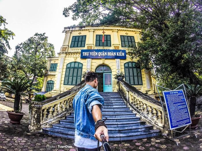 Thư viện quận Hoàn Kiếm - là một tòa nhà cổ từ thời Pháp - ở bên cạnh tòa nhà có cây cổ thụ mọc nên trông rất đẹp.