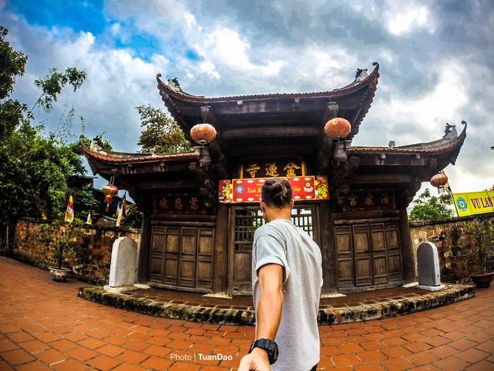 Chùa Kim Liên là ngôi chùa nằm trên một doi đất bằng phẳng trong làng Nghi Tàm, xã Quảng An, quận Tây Hồ.