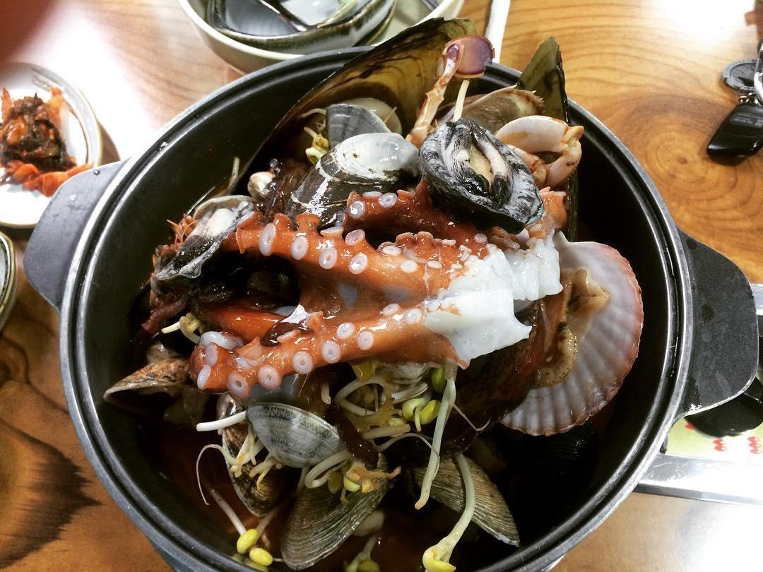 Tất cả các hương vị của hải sản tươi sống cùng hòa quyện trong một nồi lẩu