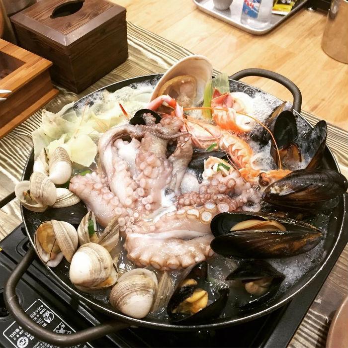 Lẩu hải sản sống là một món ăn rất phổ biến ở Hàn Quốc