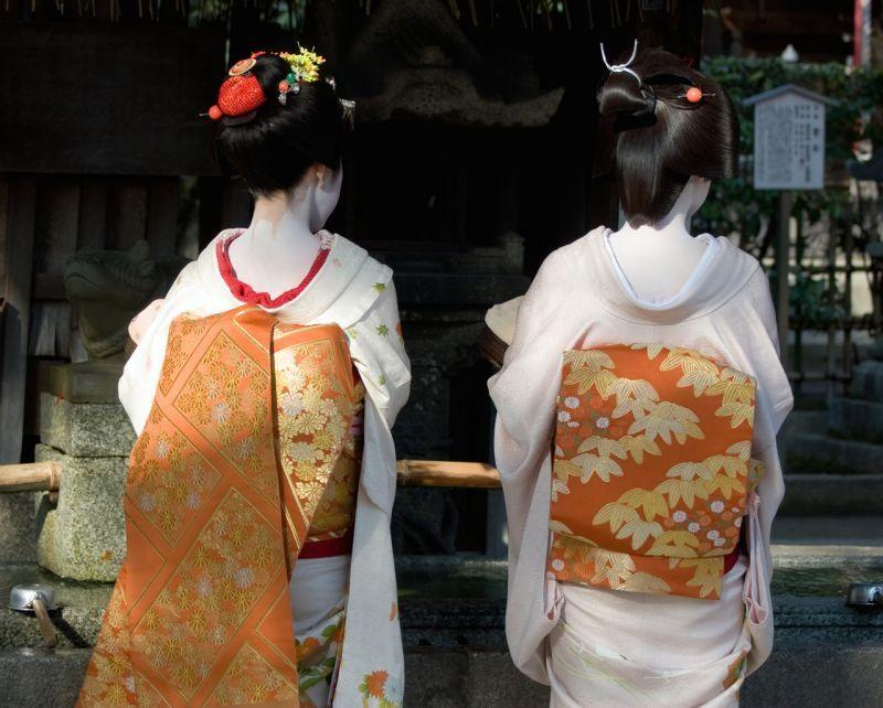 Sự khác nha giữa Geisha và Maiko còn thể hiện qua bộ kimono họ đang mặc