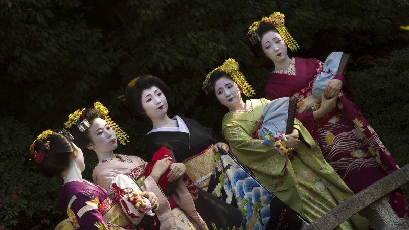 Các geisha và các maiko có sự khác biêt về độ tuổi