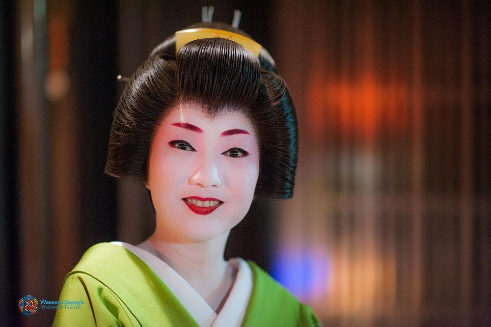Các Maiko được nhận sự đỡ đầu của một Geisha khi tập sự