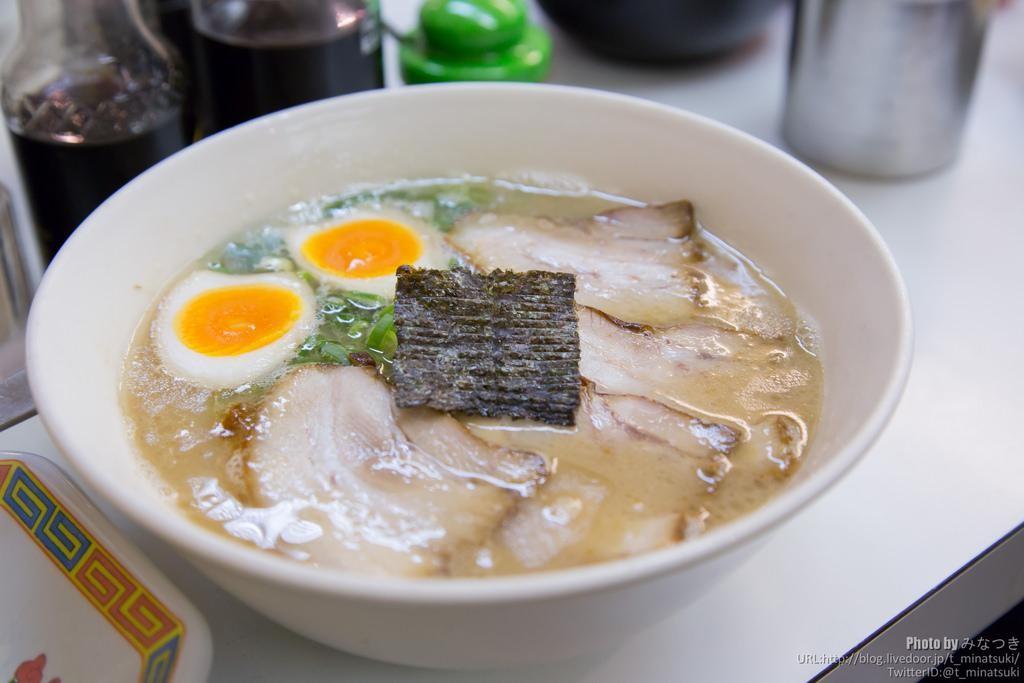 Tonkotsu – beo béo với nước dùng được hầm từ thịt