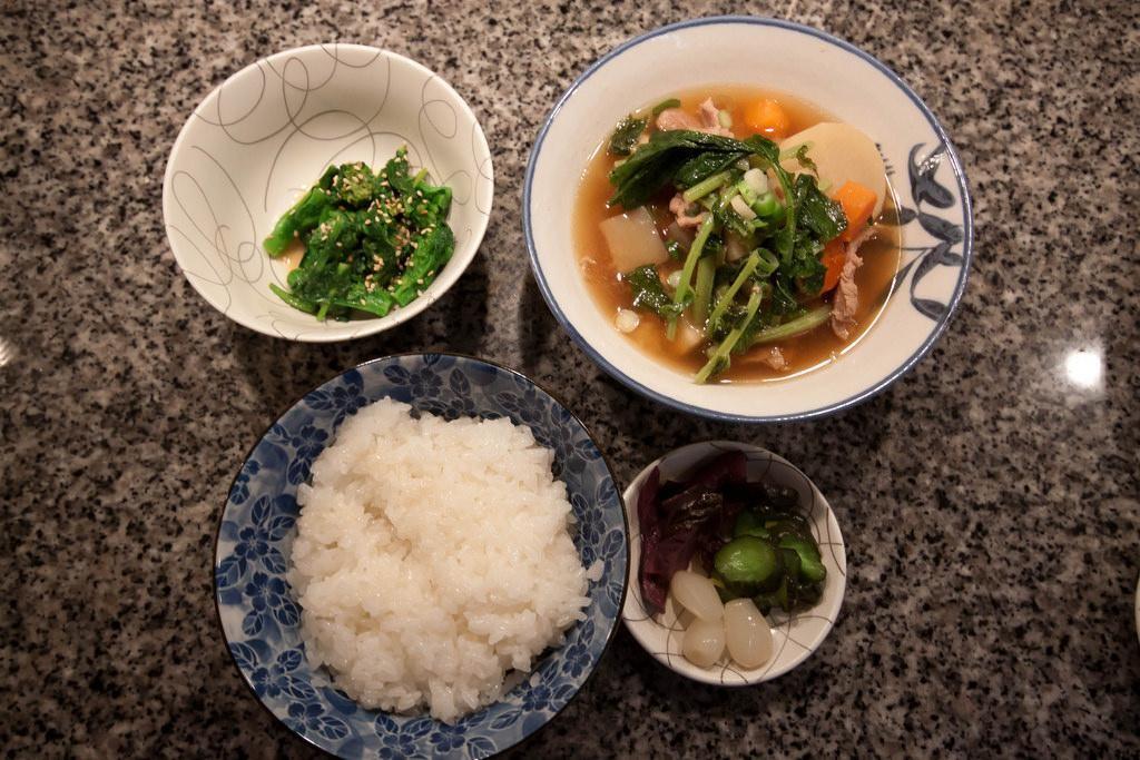 Tonjiru thường được sử dụng như là một món chính trong bữa cơm