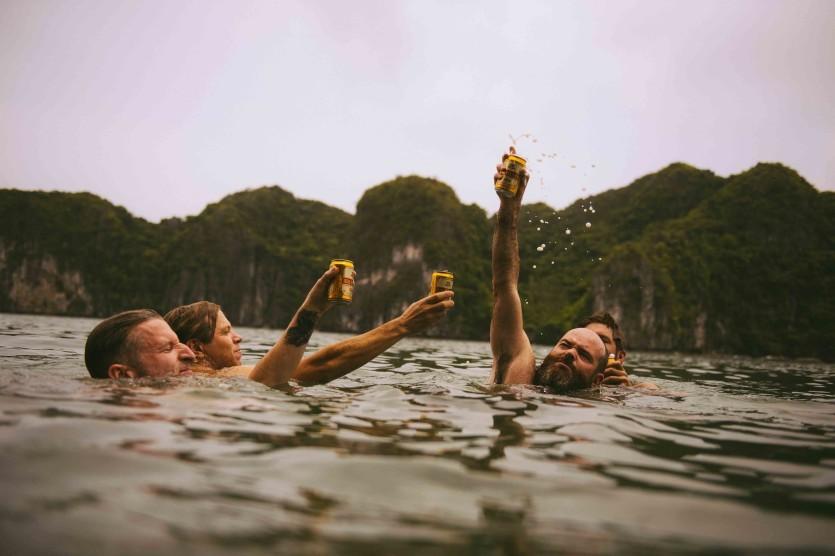 Uống bia ở vịnh Hạ Long.