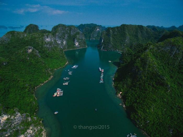 Vịnh Hạ Long nước xanh thăm thẳm - Ảnh: Thắng Thế Lê