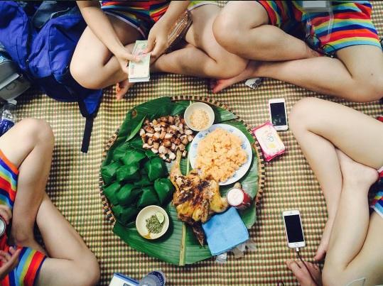 Một bữa trưa thịnh soạn chia năm sẻ bảy cũng vui lắm chứ.