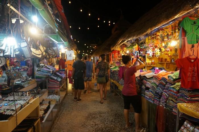 Chợ đêm Siem Reap rộng lớn với nhiều gian hàng nối tiếp nhau