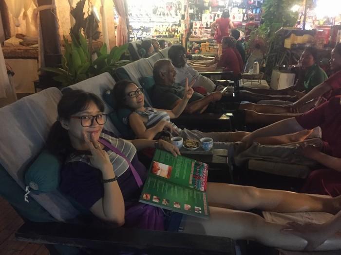 Du khách tận hưởng dịch vụ mát-xa trong khu chợ đêm