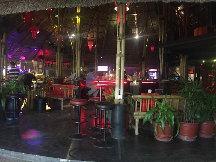 Một quán bar nhỏ nằm ở góc chợ