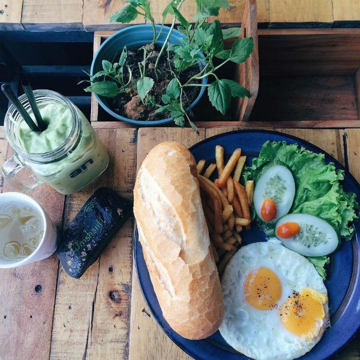 Có sẵn rau xanh trên bàn cho bữa ăn thêm hương vị