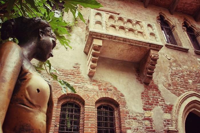 Tác phẩm nổi tiếng của Shakespeare, Romeo và Juliet chỉ là một câu chuyện giả tưởng nhưng điều đó không ngăn được sự hâm mộ của hàng trăm nghìn người lãng mạn tới Verona, Italy.