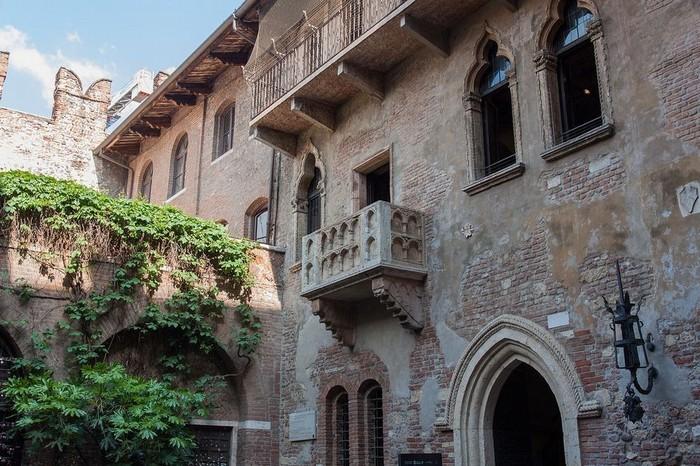 Ngôi nhà này trong tiếng Italy là Casa di Giulietta, thực chất thuộc về gia đình Capello. Công trình được xây từ thế kỷ 13, huy hiệu của gia đình vẫn có thể nhìn thấy ở trên tường.
