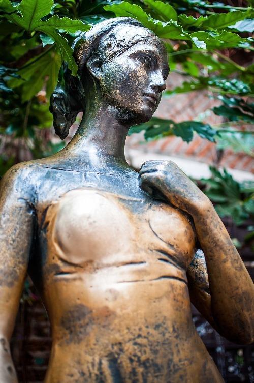 Trong sân nhà có một bức tượng Juliet bằng đồng, người có bầu ngực phải sáng bóng hơn bên còn lại. Lý do là du khách tới đây đều muốn chạm tay vào bầu ngực để có chút may mắn.