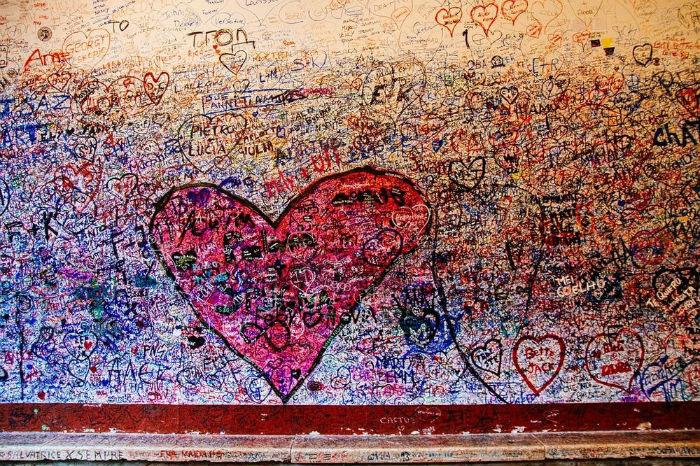 Tất cả bức tường và cửa trong sân nhà đều dày đặc các hình vẽ tay, cùng với rất nhiều giấy nhắn lãng mạn.