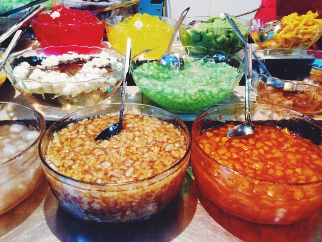 Món chè đầy màu sắc, một đặc sản nổi tiếng ở ngõ Chợ Đồng Xuân