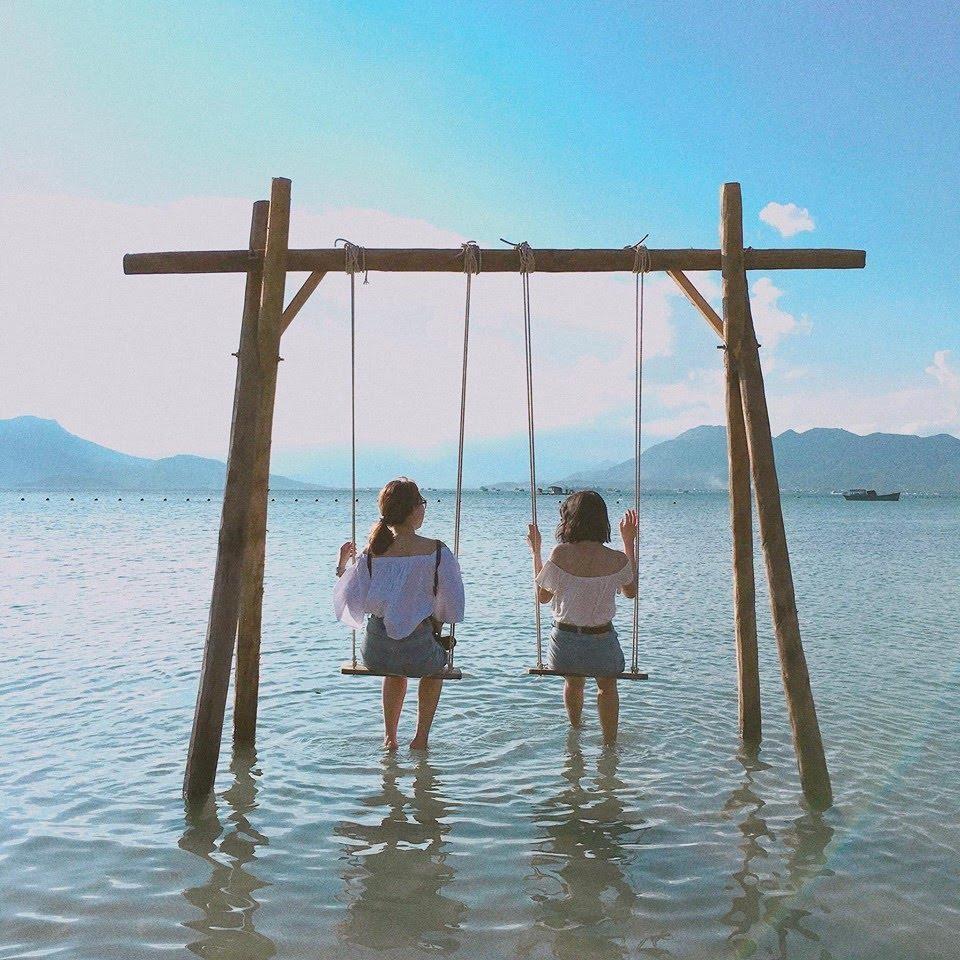 Xích đu giữa biển – điểm sống ảo quen thuộc tại Bình Lập của tín đồ selfie