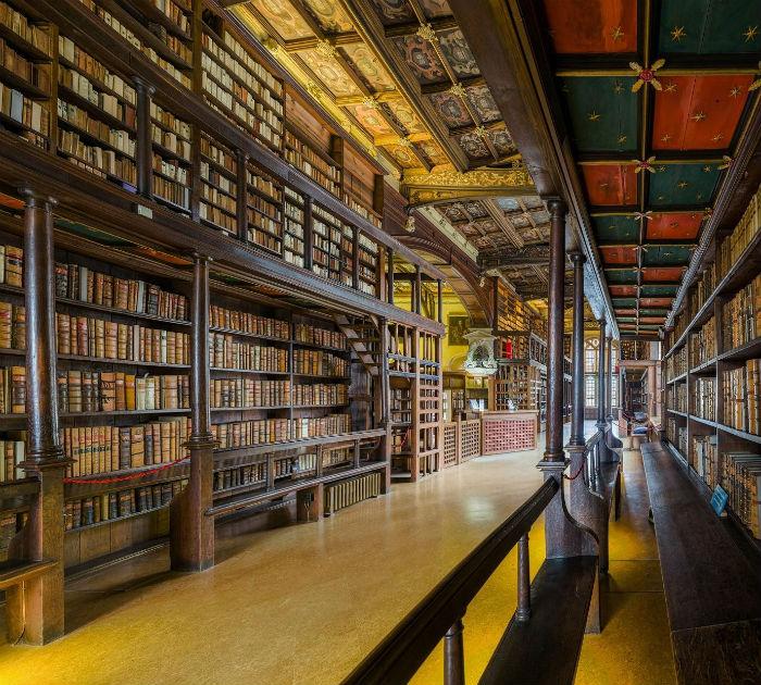 Thư viện Hogwarts cổ kính