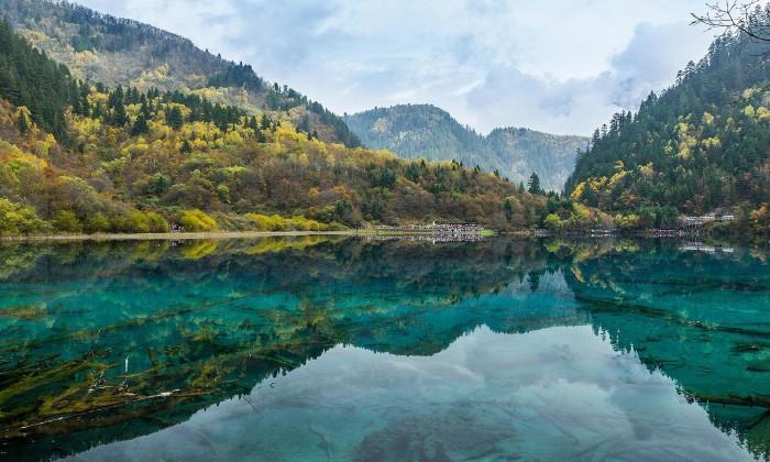 Trong vắt mặt hồ Cửu Trại Câu - Ảnh: Veerayut Maneechote
