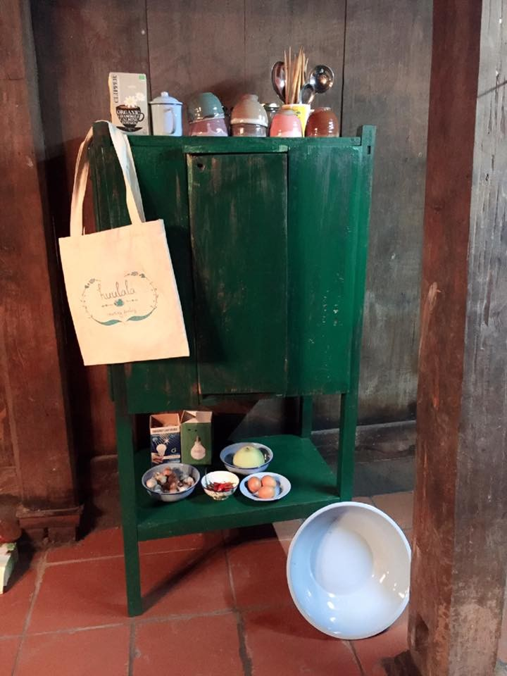 Gác bếp nhỏ có cả túi đi chợ được chuẩn bị sẵn