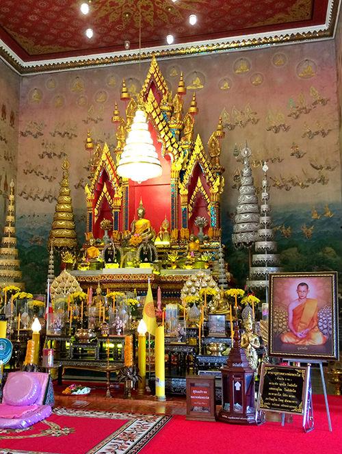 Wat Pho Chai là ngôi chùa nổi tiếng nhất ở Nong Khai, được trang hoàng lộng lẫy bằng những chiếc đèn chùm và tường phủ kín tranh Phật.