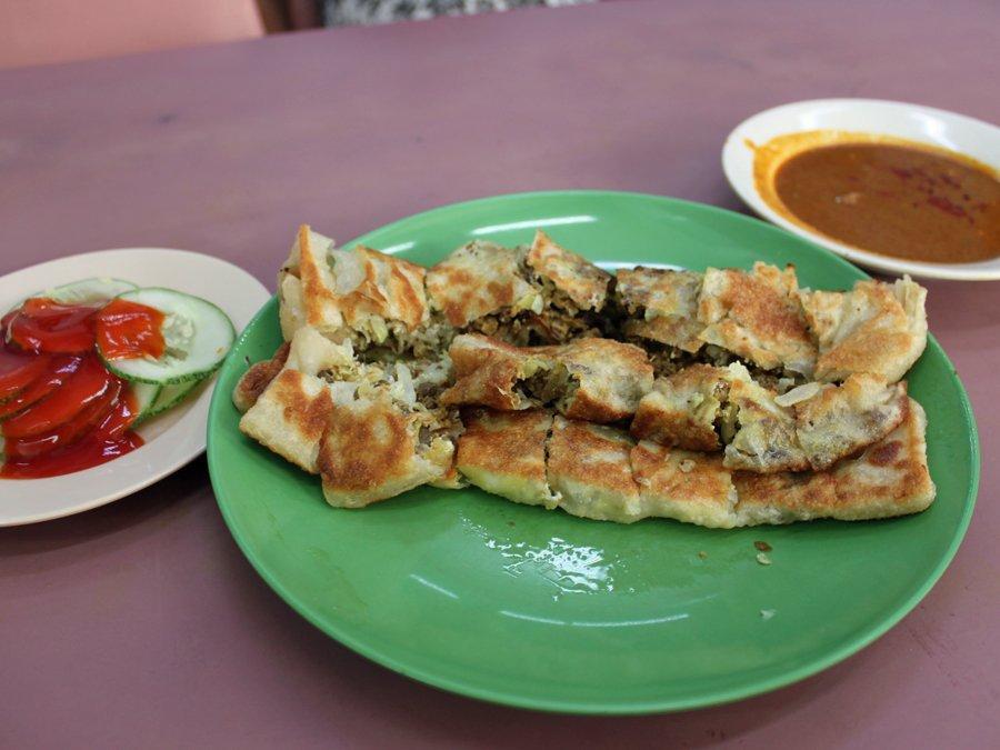 Murtabak làm từ bột, tương tự như roti prata (loại pancake của người Ấn Độ), nhưng bên trong có thêm nhân là thịt cừu xay, trứng và hành.
