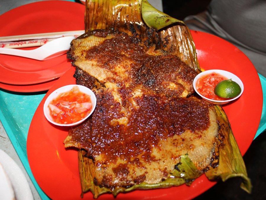 Món cá đuối nướng sốt ớt sambal cũng rất đặc trưng cho ẩm thực Singapore. Cá đuối được phết bên ngoài một lớp nước sốt ớt, bọc bằng lá chuối và nướng đến thơm phức.
