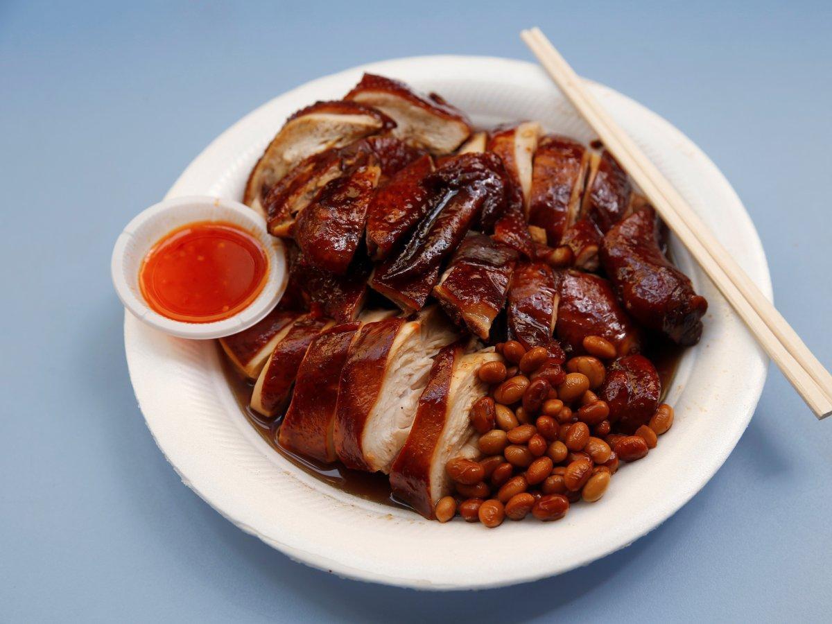 Món gà quay phết sốt đậu tương có nguồn gốc từ miền bắc Trung Quốc. Lớp da gà màu đậm và bóng, miếng thịt được cắt vừa ăn và luôn đi kèm đĩa tương ớt cho khách thưởng thức.