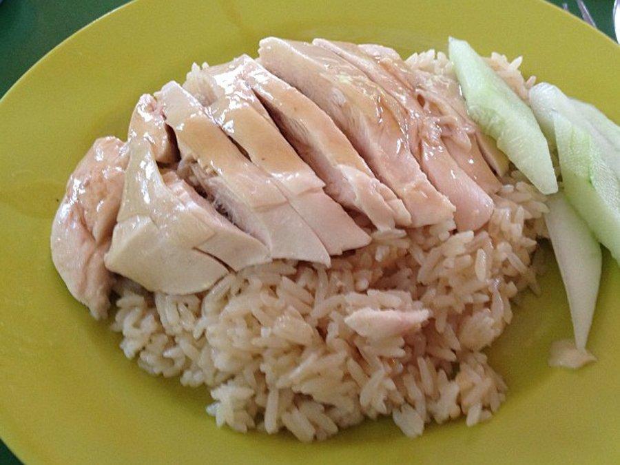 Cơm gà là món nổi tiếng của Singapore. Đầu tiên, gà được luộc trong nước sôi đã có nêm gia vị. Sau đó, cơm nấu từ nước luộc gà. Hương vị của món ăn đơn giản mà vẫn đậm đà, cuốn hút.