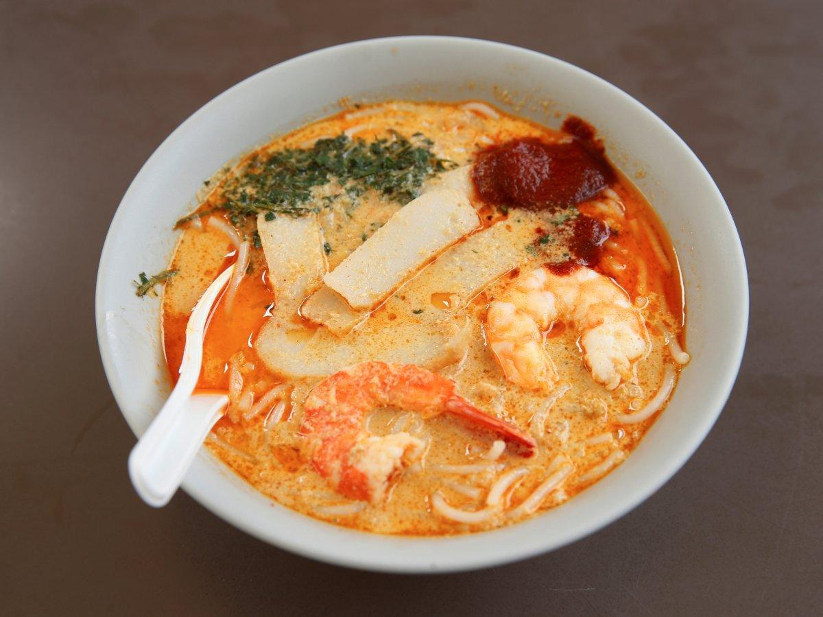 Laksa là một món nổi bật khác của Singapore. Món súp cá này làm từ mì gạo cùng nhiều loại hải sản khác nhau, nước dùng từ dừa và các hương liệu có vị cay.
