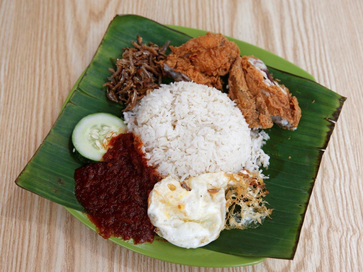 Nasi lemak là món cơm Malay, nấu cùng nước cốt dừa và lá dứa thơm. Món nasi lemak thường được ăn kèm với cá cơm, lạc, ớt, thịt hay cà ri.