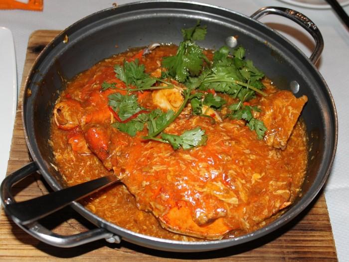 Cua sốt ớt là một trong những món nổi tiếng nhất Singapore. Cua được bao bọc bởi lớp nước sốt ớt, cà chua đậm đà hương vị.