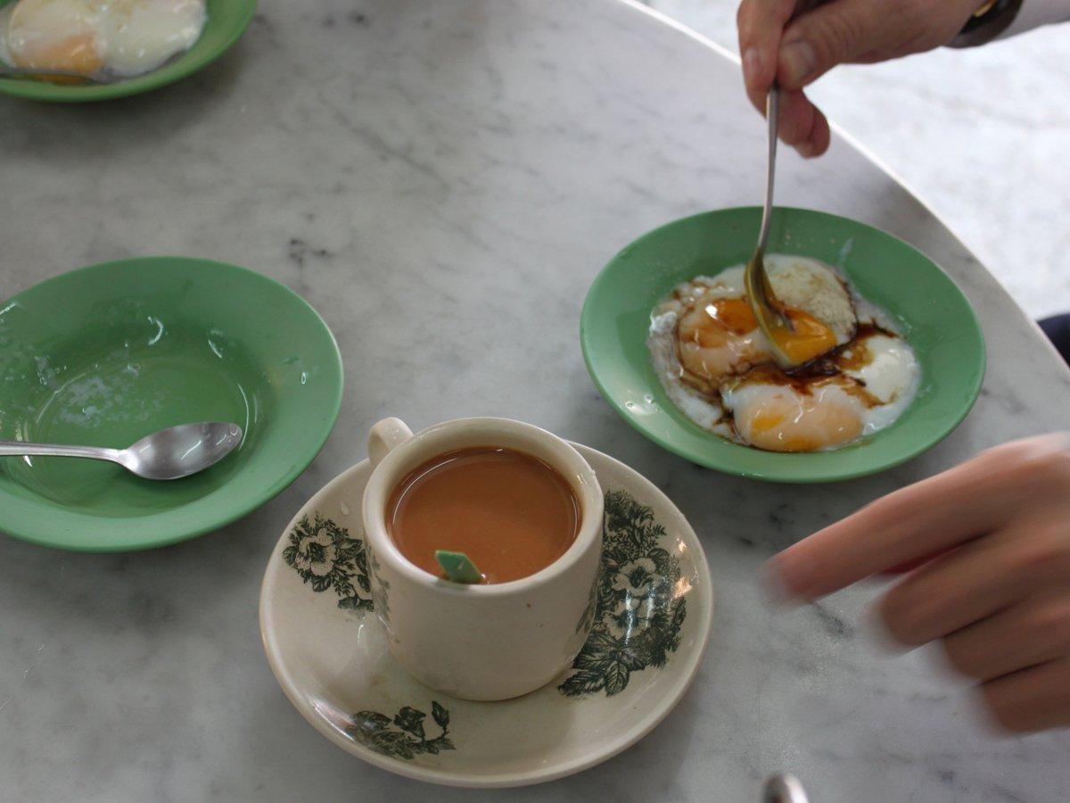 Bánh nướng kaya là món dùng vào bữa sáng của người Singapore, được nướng trong lò than, sau đó ăn kèm với kaya (mứt dừa làm từ dừa, sữa và đường). Món này thường đi cùng một tách cà phê và trứng luộc lòng đào. Bạn phải cho thêm tương, tiêu vào trứng rồi chấm miếng bánh nướng vào đó và thưởng thức.