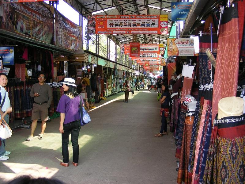 Ban Nakha là chợ bán quần áo, vải vóc đặc trưng của người Thái ở Udon Thani.