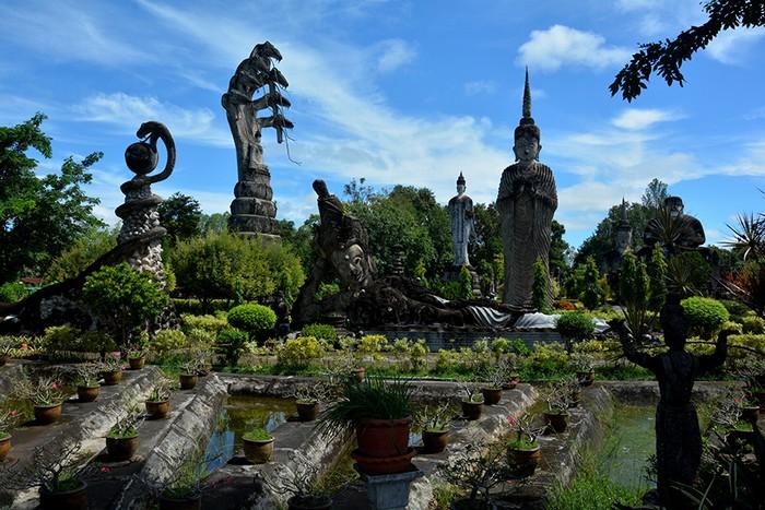 Sala Kaeo Ku là tên một vườn tượng Phật ngoài trời, hiếm có ở Thái Lan.