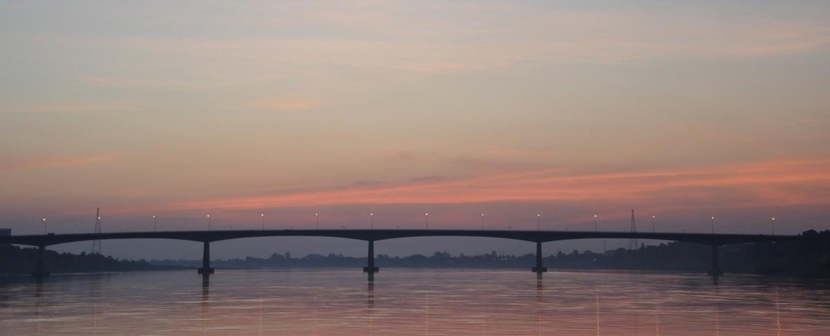 Đến Nong Khai, bạn không nên bỏ qua khoảnh khắc đón hoàng hôn trên dòng Mekong. Cây cầu nối Thái Lan và Lào bắc qua sông cũng đồng thời là mạch giao thông quan trọng giữa Nong Khai và Viêng Chăn.