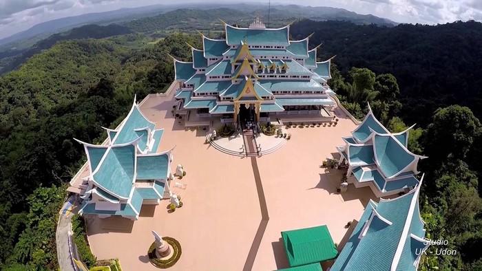 Ở Thái Lan không thiếu những ngôi chùa nổi tiếng nhưng Wat Pa Phu Khon ở Udon Thani vẫn gây ấn tượng với du khách nhờ màu mái xanh nổi bật trên một ngọn đồi.